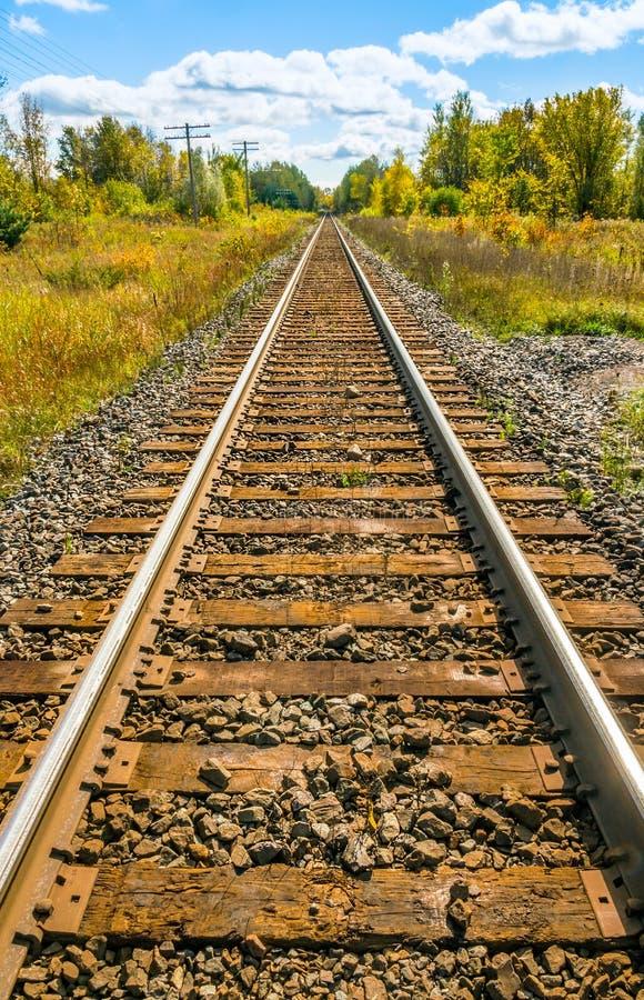 Longue voie de train, chemin de fer, dans la campagne photos libres de droits