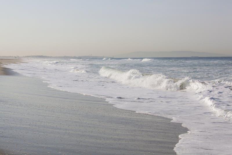Longue vue de Shoreline des vagues de rupture sur l'océan pacifique photographie stock libre de droits