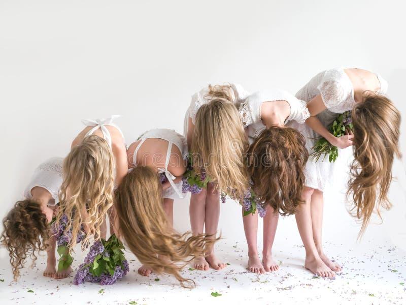 Longues belles filles de cheveux bouclés sur un fond blanc photos libres de droits