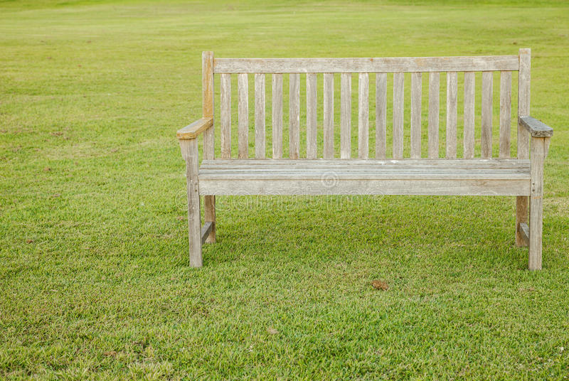 Longues chaises sur la pelouse image libre de droits