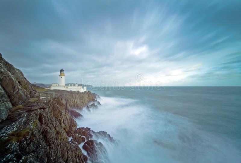 Longues falaises de phare de mer déchaînée d'exposition image libre de droits