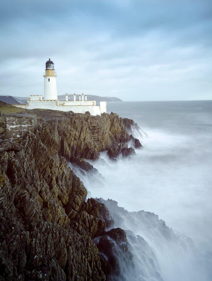 Longues falaises de phare de mer déchaînée d'exposition image stock