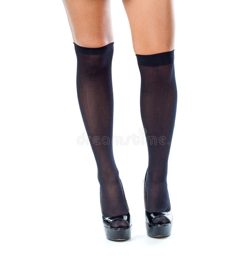 Longues jambes femelles sexy dans les bas et des chaussures noirs images libres de droits