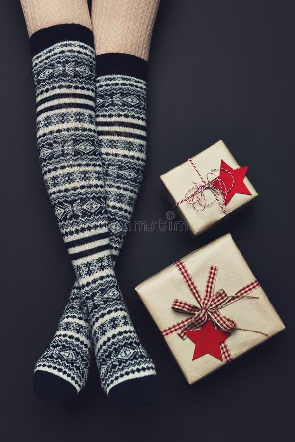 Longues jambes sexy de femme avec Noël au-dessus des chaussettes de genou Concept de vacances de Noël photographie stock libre de droits