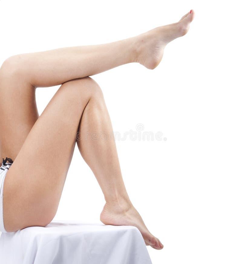 Longues jolies pattes de femme photographie stock libre de droits