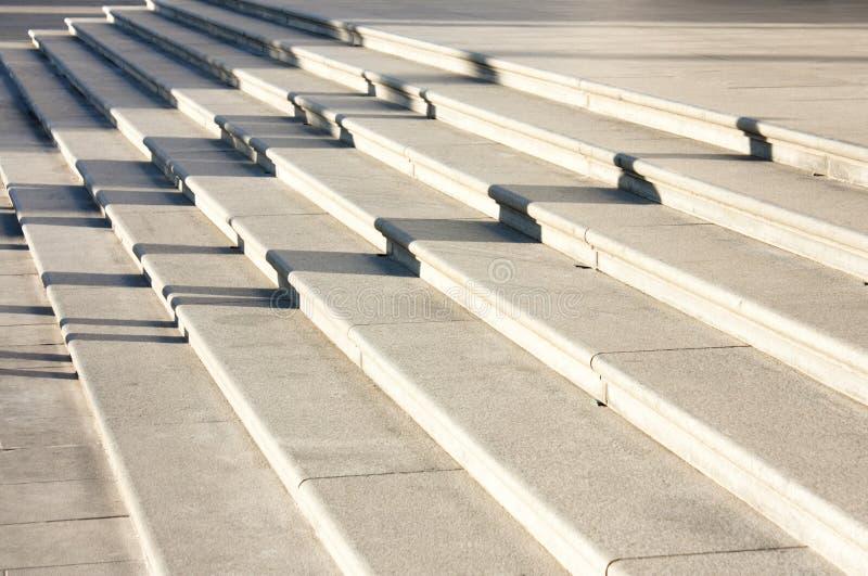 Longues ombres sur l'escalier image stock
