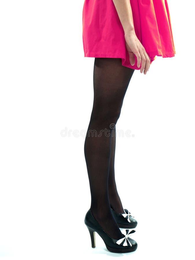 Longues pattes sexy et chaussures noires de haut talon images libres de droits