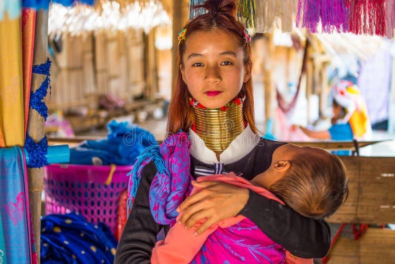 Longues personnes non identifiées de tribu de colline de Karen de cou Karen Long Neck Villages dans Chiang Rai, Thaïlande image libre de droits