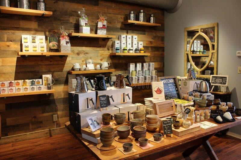 Longues tables et étagères en bois exposant des produits en magasin, thé de Saratoga et miel locaux, New York, 2019 photographie stock