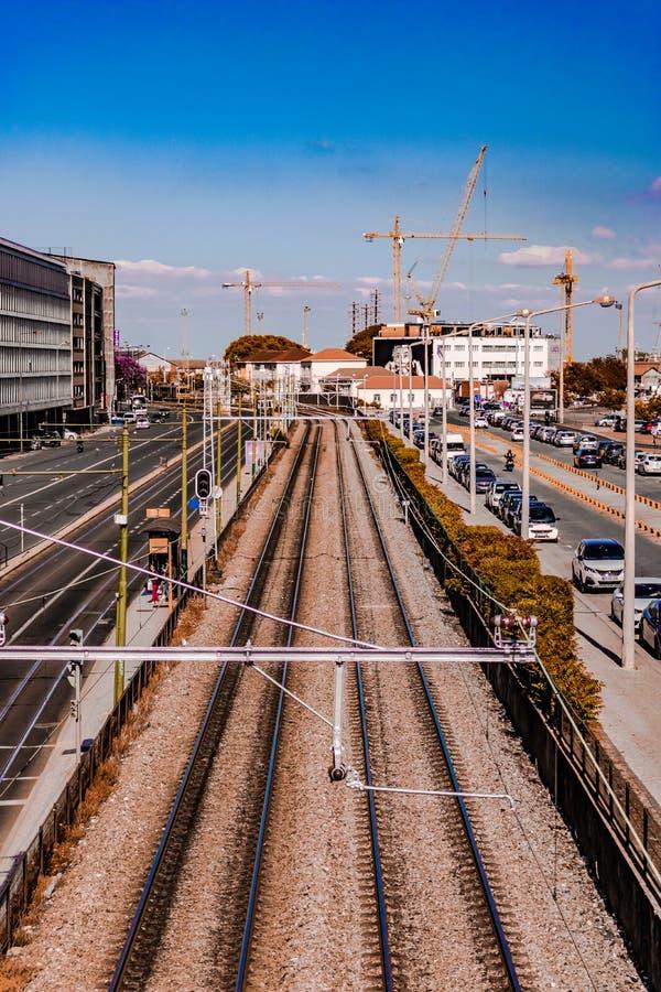 Longues voies de chemin de fer à Lisbonne Portugal avec des poteaux de rue et un ciel bleu à Lisbonne, Portugal date le 25 juille images libres de droits