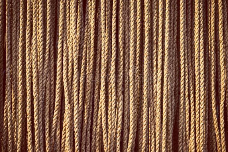 Longueurs de la corde naturelle lourde accrochant verticalement image libre de droits