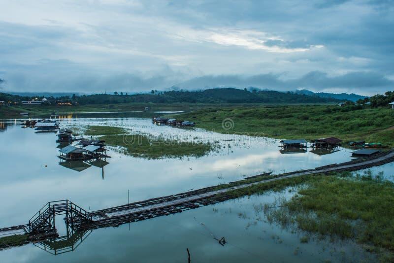Longwood-Brücke sangklaburi nachts lizenzfreie stockbilder