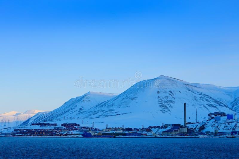 Longyearbyen, curso do feriado no ártico, Svalbard, Noruega Povos no barco Montanha do inverno com neve, gelo azul da geleira com imagens de stock royalty free