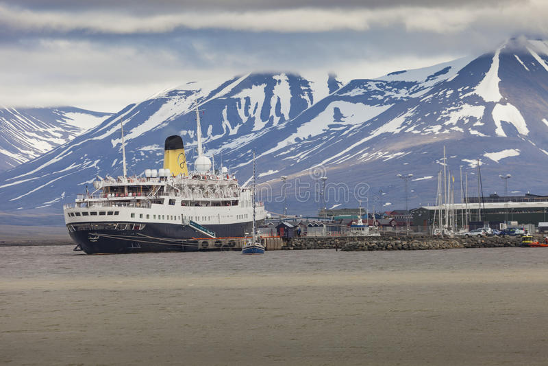 LONGYEARBYEN, LE SVALBARD, NORVÈGE - 12 JUILLET 2014 : Embarquement de touristes photos stock