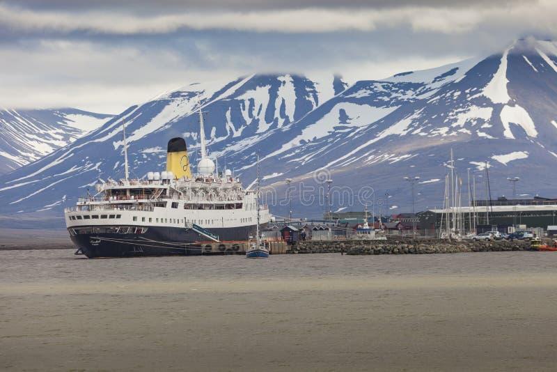 LONGYEARBYEN, LE SVALBARD, NORVEGIA - 12 LUGLIO 2014: Imbarco dei turisti fotografie stock