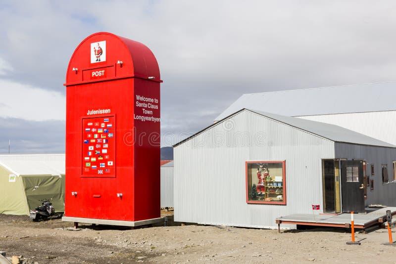 Longyearbyen Norge, Juni 26 2016: Jätte- röd brevlåda för Santa Claus arkivfoto