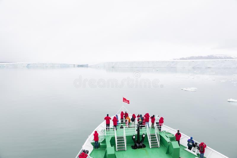 Longyearbyen NORWEGIA, Czerwiec, - 28, 2015: Wyprawa z statkiem zdjęcie royalty free