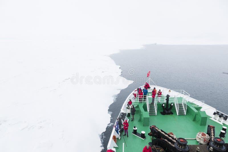 Longyearbyen NORWEGIA, Czerwiec, - 28, 2015: Wyprawa z statkiem fotografia royalty free
