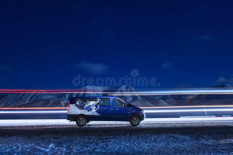 Longyearbyen, Svalbard/Noorwegen - maart 3 noordpool de hemelster van 2018 in Noorwegen in Longyearbyen-de bestelwagen van de ber royalty-vrije stock fotografie