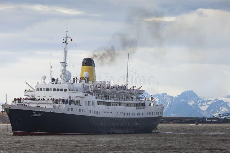 LONGYEARBYEN, SVALBARD NORWEGIA, LIPIEC, - 12 2014: Turystów wsiadać obrazy royalty free