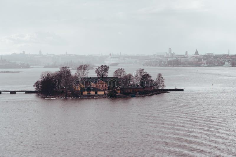 Lonna-Insel in der Front und im hinteren Mitgliedstaat Gabriella, die Hafen von Helsinki im Regen lässt stockfotografie