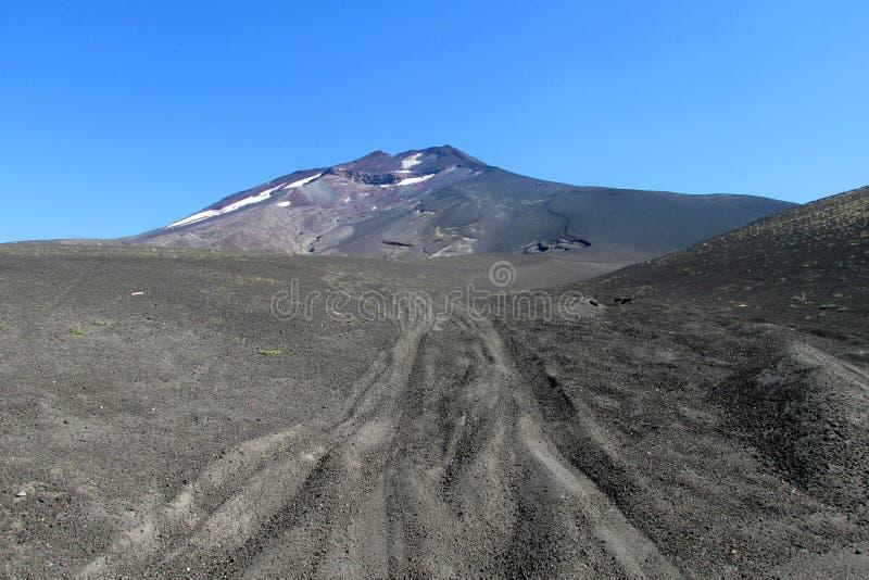 Lonquimay vulkanväg i aska i Chile arkivfoton