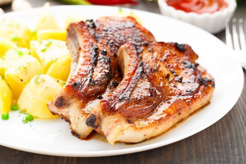 Lonza di maiale fritta con la patata immagini stock