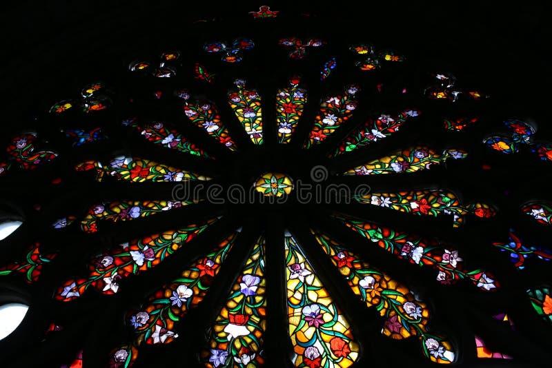 Lood in glas van de basiliek de nationale gelofte in quito stock afbeelding