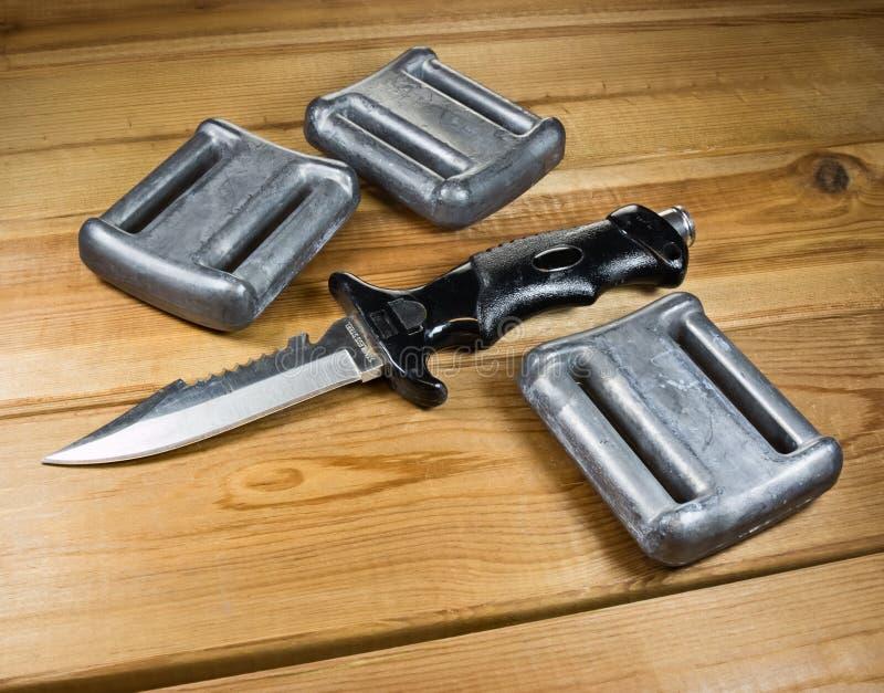 Loodgewichten en het mes van een duiker royalty-vrije stock foto