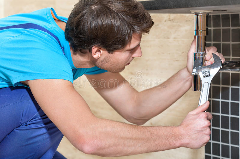 Loodgieter in het werk stock foto's