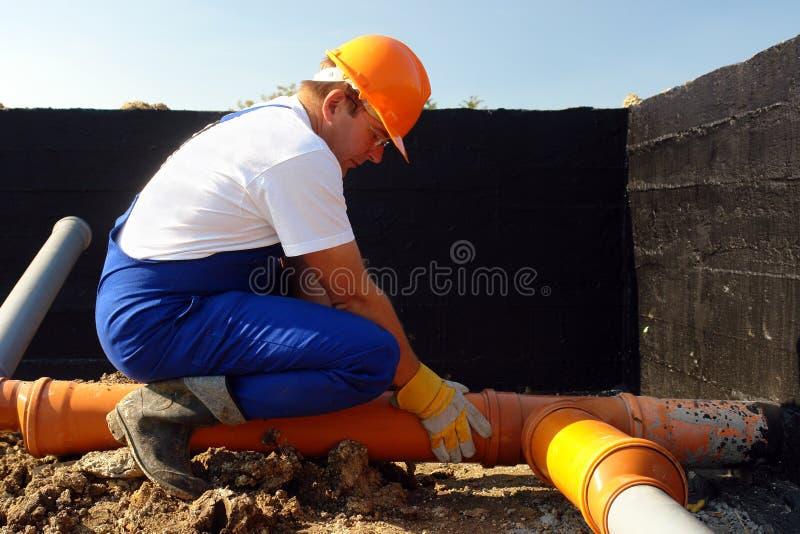 Loodgieter op het werk