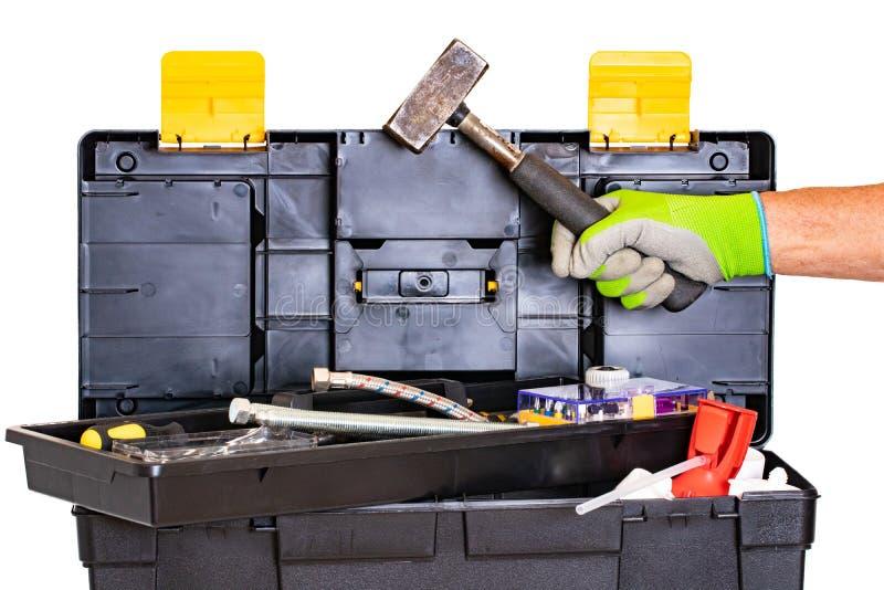 Loodgieter of timmermans ge?soleerde hulpmiddeldoos De zwarte plastic doos van de hulpmiddeluitrusting met geassorteerde hulpmidd royalty-vrije stock afbeeldingen