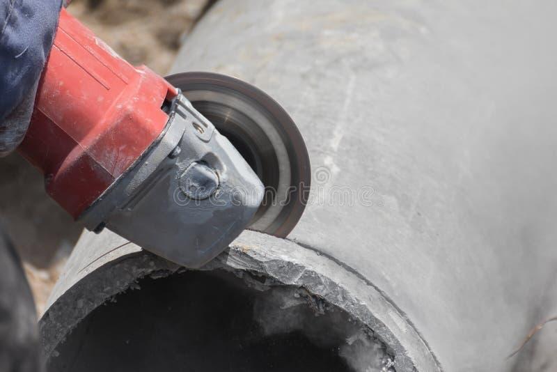 Loodgieters die concrete waterpijpen snijden royalty-vrije stock foto's