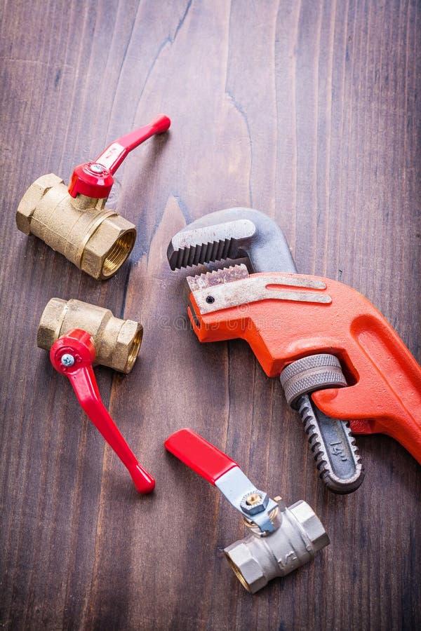 Loodgietersinrichtingen en regelbare moersleutel op wijnoogst stock afbeelding
