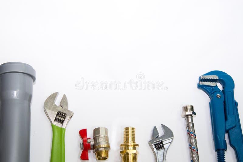 Loodgieterswerkhulpmiddelen en materiaal hoogste mening over witte achtergrond royalty-vrije stock afbeelding