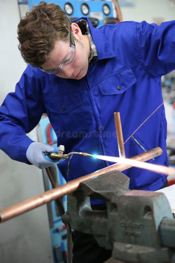 Loodgieterswerkleerling het werken stock fotografie