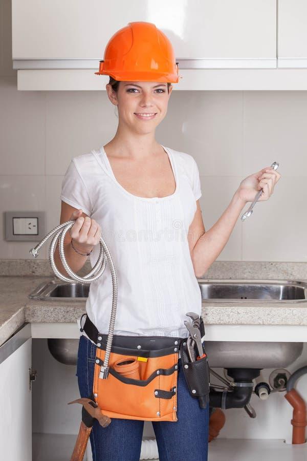 Loodgietervrouw die haar hulpmiddelen houden royalty-vrije stock foto's