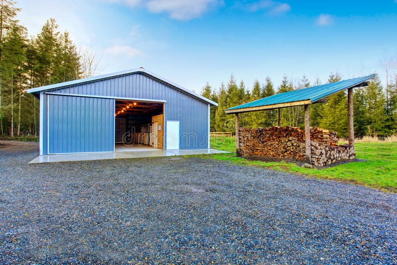 Loods van de landbouwbedrijf de blauwe schuur en grintoprijlaan royalty-vrije stock afbeeldingen