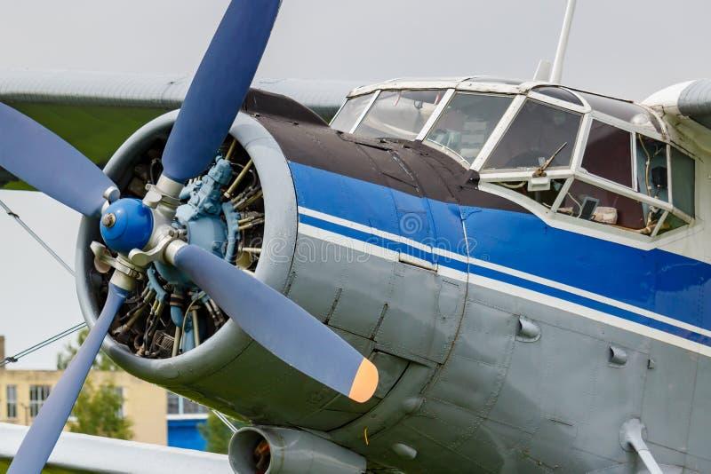 Loodst cabine en motor met vier bladpropeller van blauwe en zilveren sovjettweedekkervliegtuigen Antonov een-2 royalty-vrije stock afbeeldingen