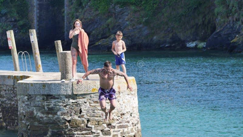 Looe, Cornwall, Großbritannien, am 14. Juli 2019 Sonniger heißer Sonntag in Cornwall mit den Kindern und Erwachsenen, die das Was lizenzfreies stockbild
