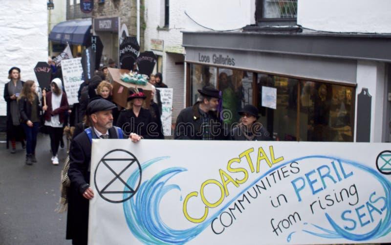 Looe, Cornwall, UK, Luty 16, 2019 Mieszana grupa «wygaśnięcie bunta «protestujący, maszeruje przez Kornwalijskiego miasteczka Loo zdjęcie stock