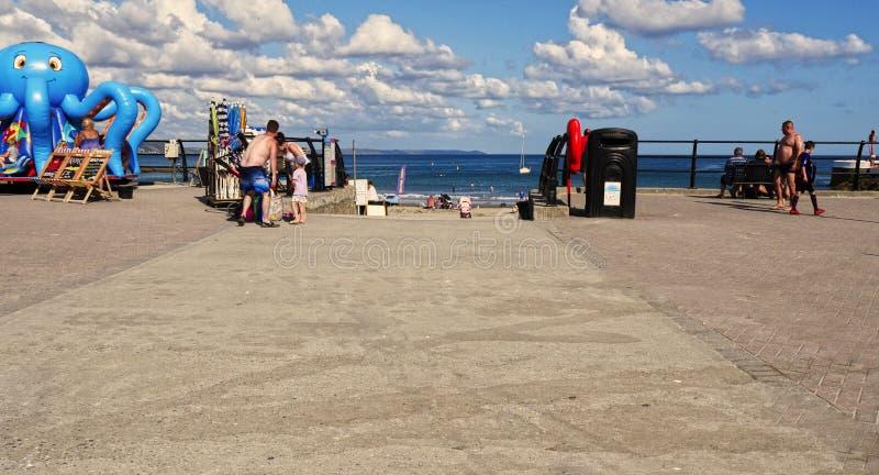 Looe orientale, Cornovaglia, Regno Unito, il 27 luglio 2019 Domenica calda soleggiata alla spiaggia immagine stock libera da diritti