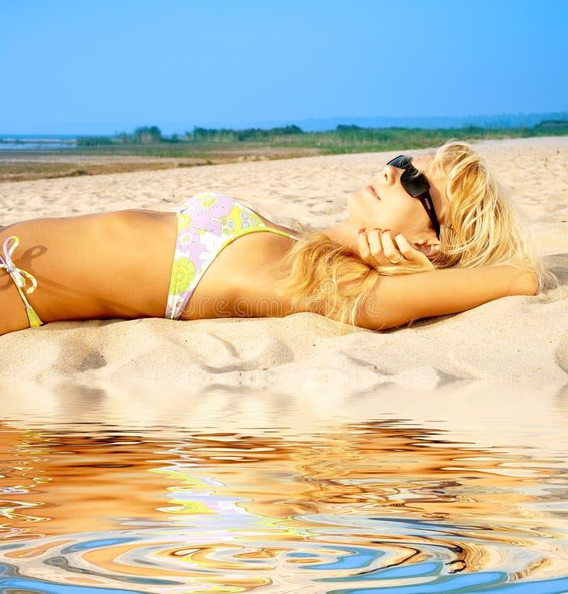 Looiende blonde in zonnebril royalty-vrije stock afbeeldingen