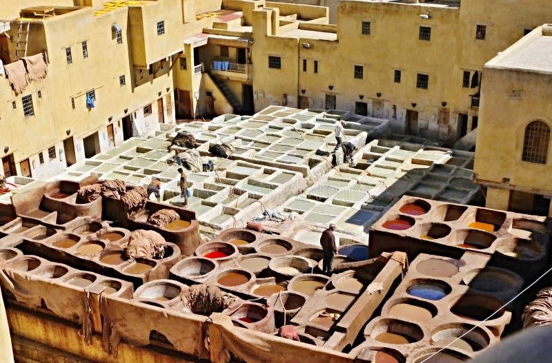 Looierijen van de Oude tanks van Fes met kleurenverf voor leer Marokko Afrika Oosterling, luim stock fotografie