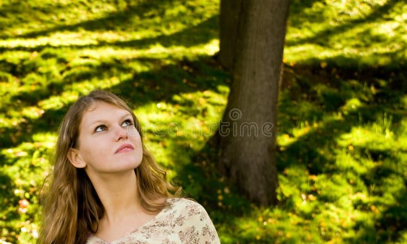 lookihg вверх по детенышам женщины стоковая фотография rf