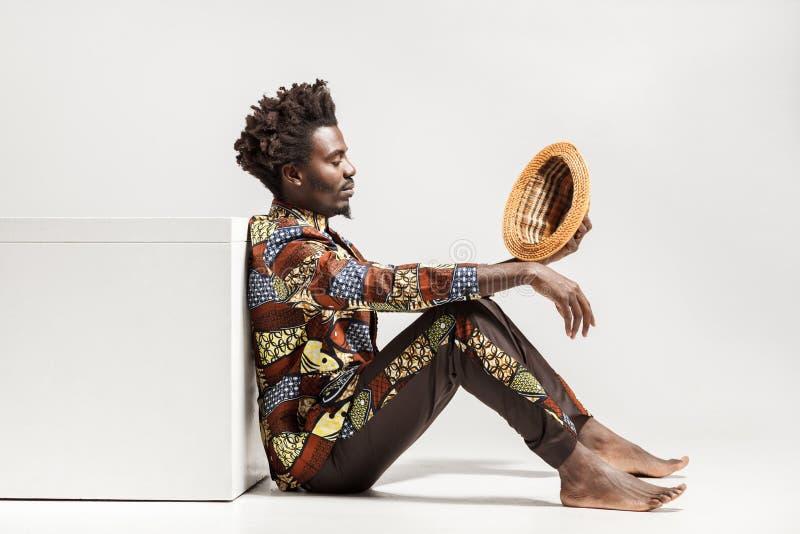 Lookin africain réfléchi d'homme sur le chapeau et la rêverie images libres de droits