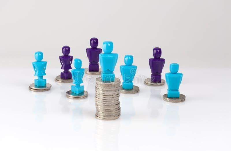 Loonhiaat, het concept van de gelddistributie met mannelijke en vrouwelijke figuri stock foto's