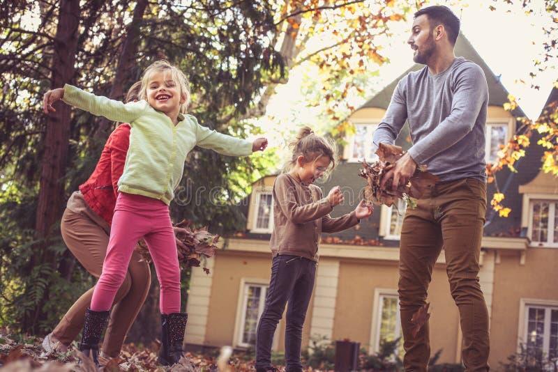 Looppas, pret en spel Ouders die met kinderen spelen royalty-vrije stock afbeeldingen