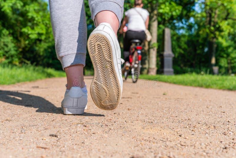 Loopschoen van vrouwelijk jogger erachter genomen van royalty-vrije stock afbeelding