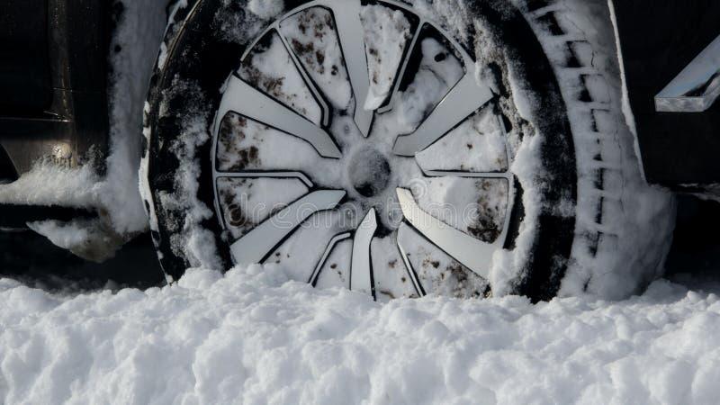 Loopvlak het geschikt voor elk terrein die van de de winterband met de foto van de sneeuwvoorraad wordt ingepakt stock foto's